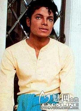 1983年25岁的迈克尔 杰克逊-巨星陨落 回顾迈克杰克逊整容历程 2