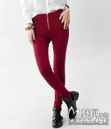 玫红色裤子搭配什么颜色上衣好看